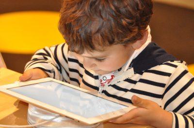 Kinder am Tablet Aufklärung Schutz