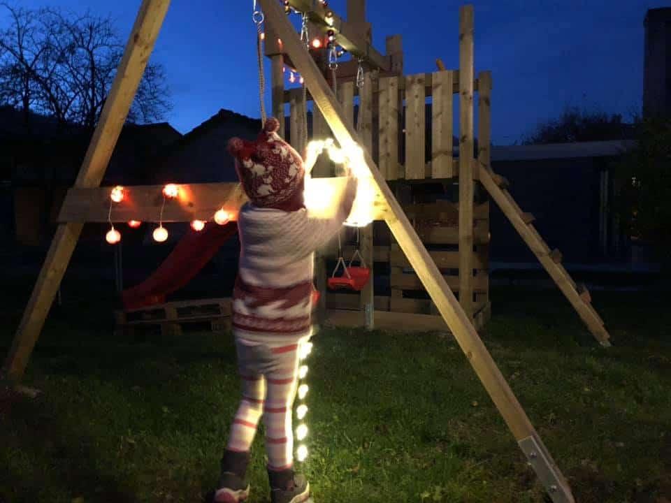 Ein Spielturm für zwei Kleinkinder - der Royal Flyer von Wickey weihnachtlich.